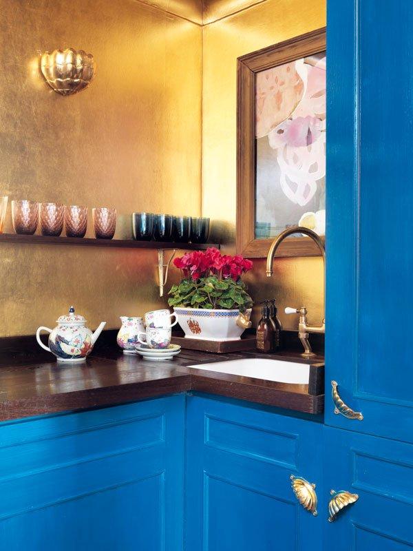 degournay-hannah-rachel-gurney-homestory-tapeten-wallpapers-golden-blue-kitchen-decohome.de_