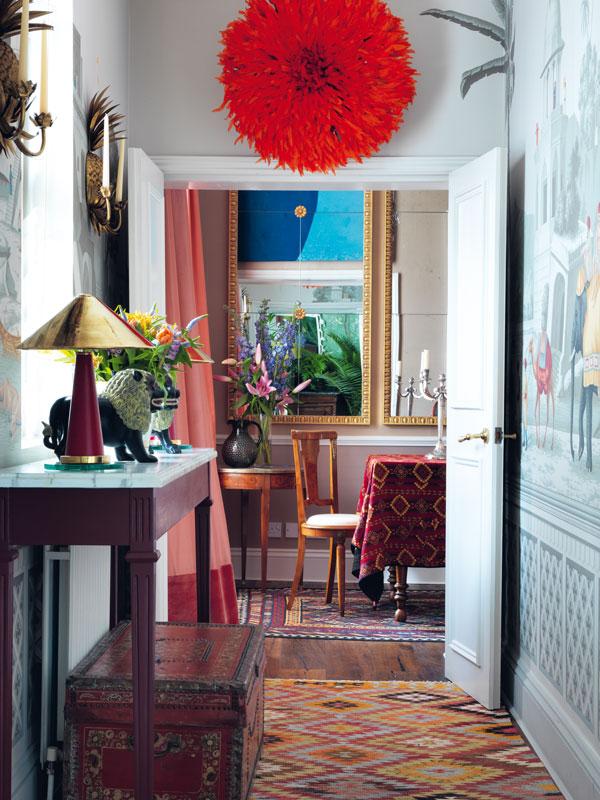 degournay-hannah-rachel-gurney-homestory-tapeten-wallpapers-hallway-red-jujuhat-decohome.de_